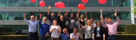 Migliaia di palloncini rossi contro il dolore